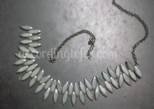 arma el collar, puedes utilizar piedras, cadenas lo que mas te guste!